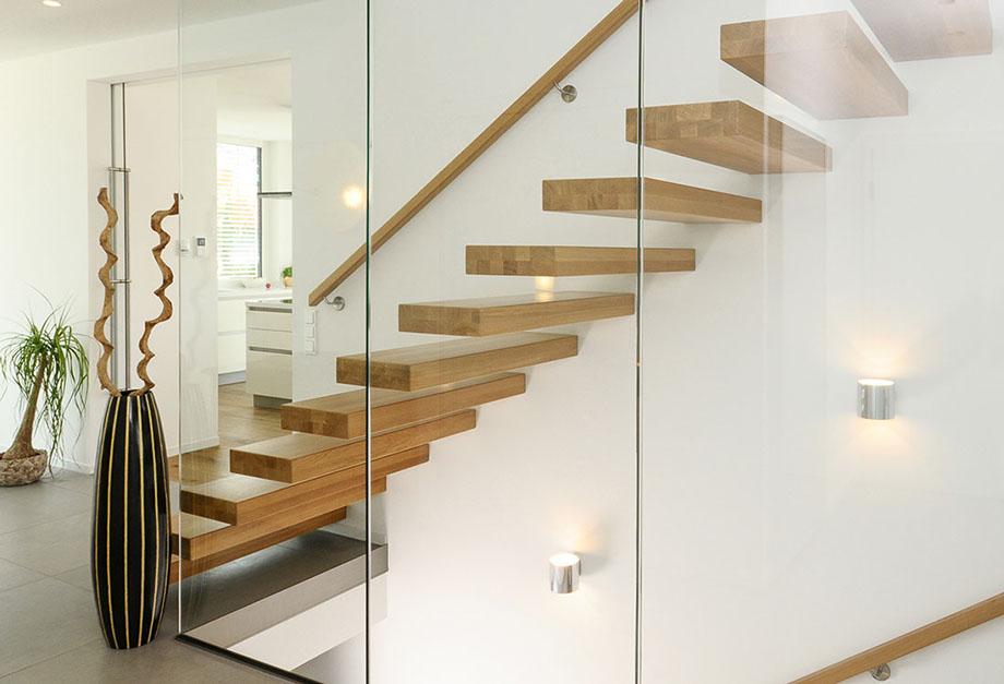 Kragarmtreppe Aus Massivholz Mit Glasgeländer Als Wandscheibe Bei Treppen.de